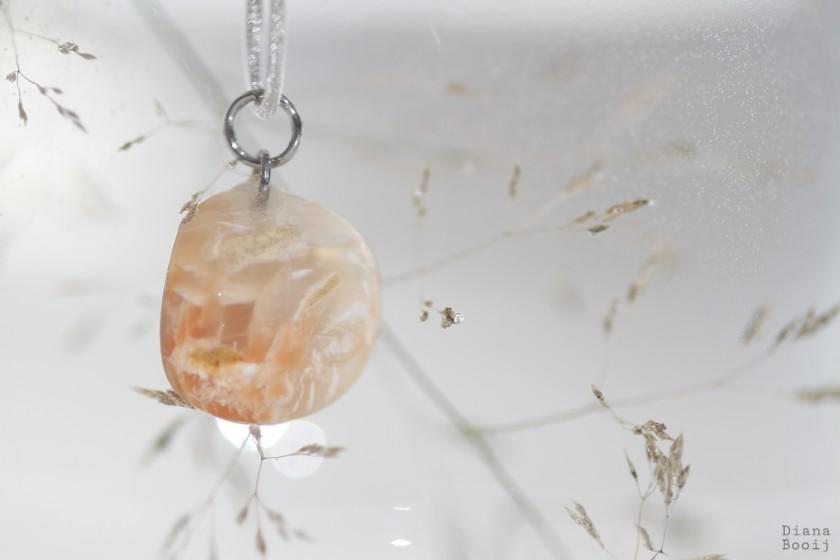 hanger met maansteen ondersteunend tijdens zwangerschap